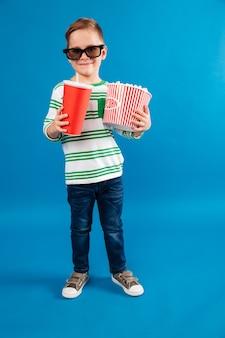 Imagem de corpo inteiro de sorridente menino de óculos
