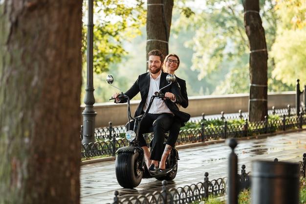 Imagem de corpo inteiro do jovem casal elegante passeios de moto