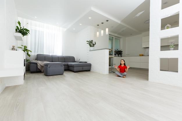 Imagem de corpo inteiro filha se divertindo, brincar em casa garota garoto esportivo ativo. atividades de lazer engraçadas, conceito de estilo de vida saudável e esportivo