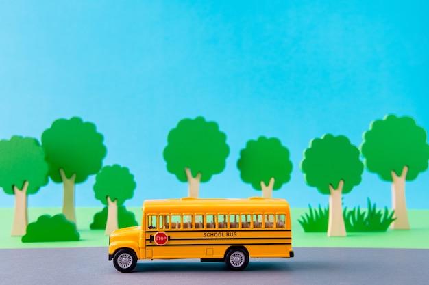 Imagem de design de arte da estrada ecológica do ônibus escolar