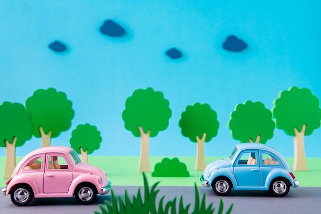 Imagem de design de arte de carros retrô andando em uma rodovia