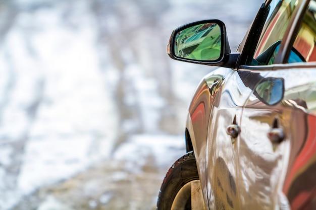 Imagem de detalhe de close-up de um carro com espelho lateral