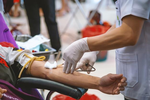Imagem de doação de sangue com foco suave e sobre a luz no fundo