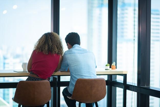Imagem de dois jovens empresários na reunião
