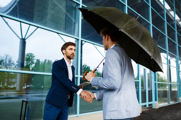 Imagem de dois jovens empresários reunidos na estação