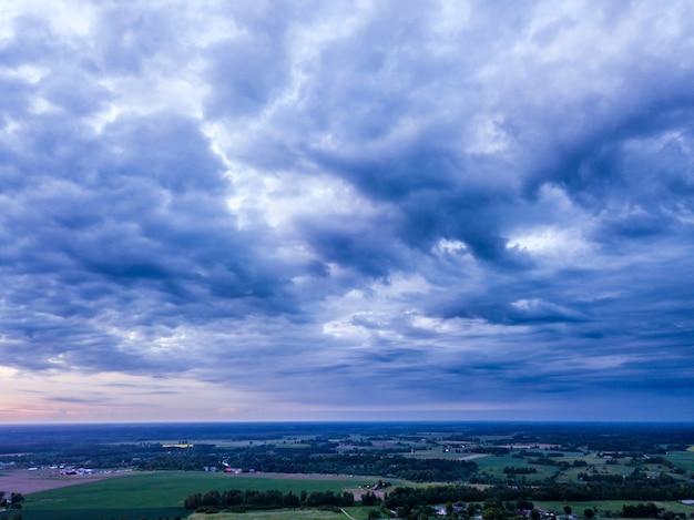 Imagem de drone da formação da nuvem altocumulus sobre campos campestres