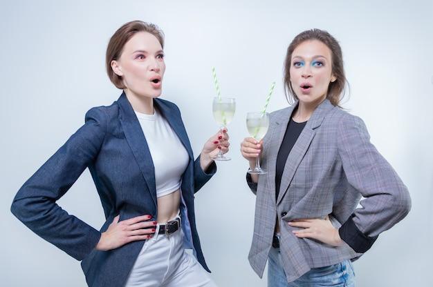 Imagem de duas meninas com óculos em uma festa. férias e conceito de entretenimento. mídia mista