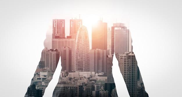 Imagem de dupla exposição de empresário no fundo da cidade moderna