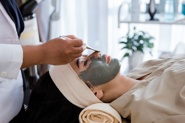 Imagem de esteticista fazendo máscara facial Foto Premium