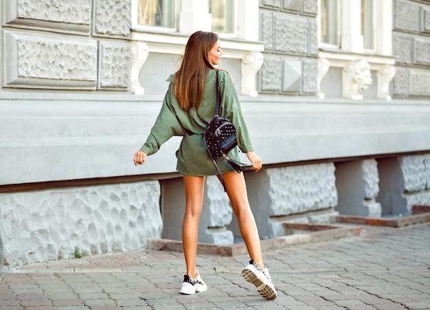 Imagem de estilo de vida de moda de mulher hippie na moda posando na rua