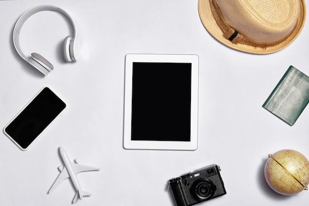 Imagem de estilo plano leigo do espaço de trabalho com material de escritório em fundo de cor pastel