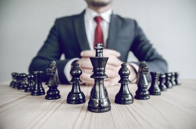 Imagem de estilo retrô de um empresário com as mãos entrelaçadas, estratégia de planejamento