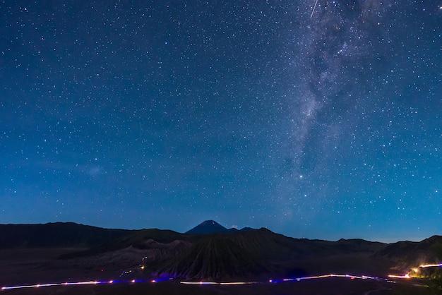 Imagem de extrema longa exposição mostrando estrela acima do vulcão bromo, indonésia