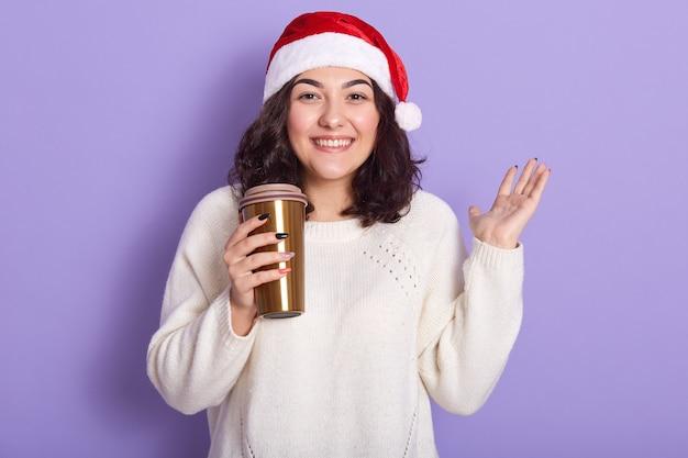 Imagem de fêmea adorável positiva com cabelo preto encaracolado