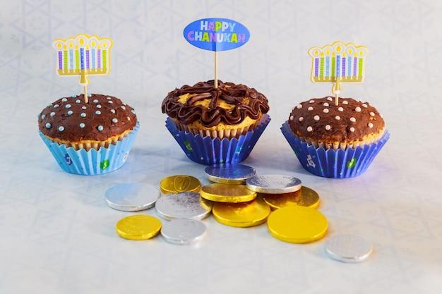 Imagem de feriado judaico hanukkah com candelabro tradicional, kapcake