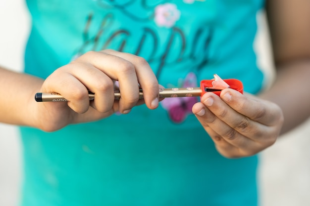 Imagem de foco superficial de uma pessoa apontando um lápis