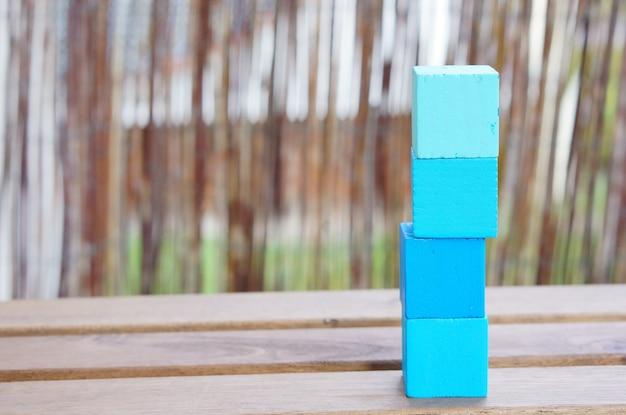 Imagem de foco superficial de uma pilha de blocos de madeira em uma mesa