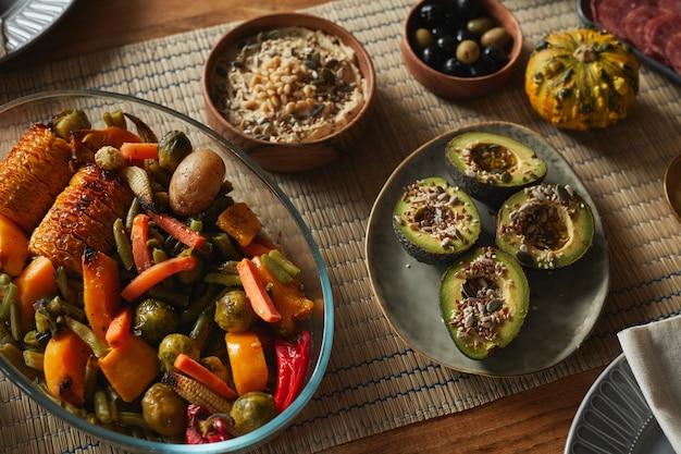 Imagem de fundo de alto ângulo de deliciosa comida caseira na mesa de jantar de outono,