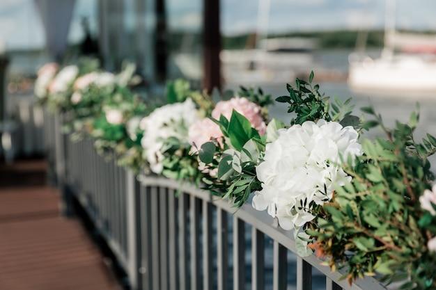 Imagem de fundo de lindas flores em um café de rua