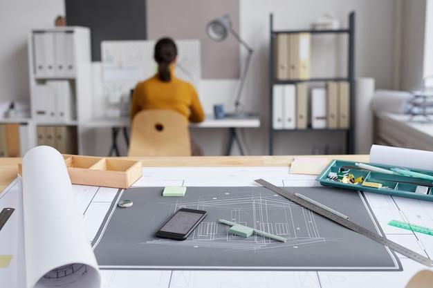 Imagem de fundo de plantas e planos na mesa de desenho no local de trabalho do arquiteto,