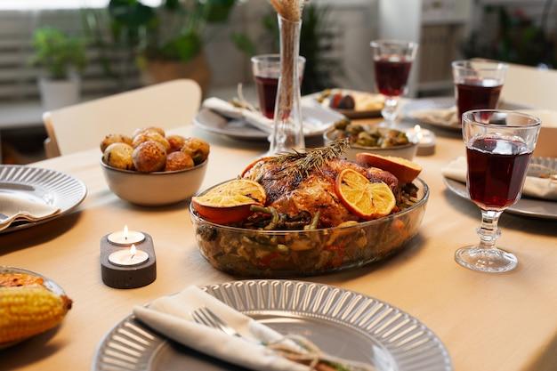 Imagem de fundo de um delicioso frango assado na mesa de ação de graças, pronto para um jantar com amigos e família