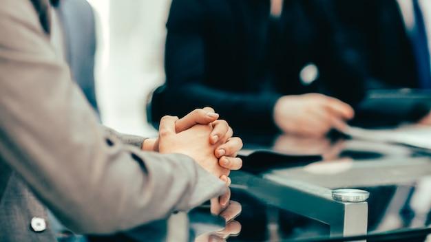 Imagem de fundo de um empresário sentado em uma reunião