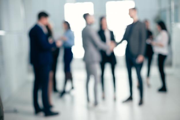 Imagem de fundo de um grupo de executivos no saguão do escritório. fundo de negócios