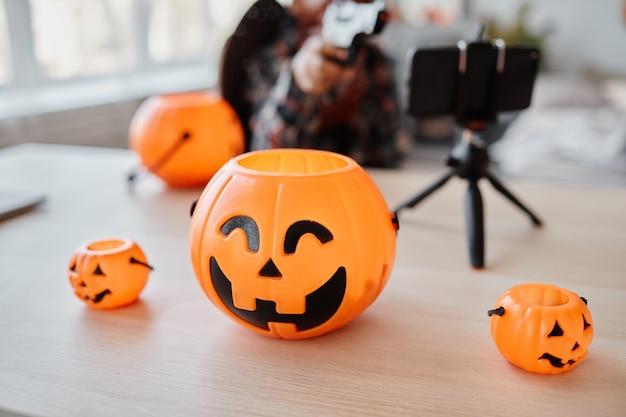 Imagem de fundo de variações de baldes de halloween com smartphone configurado no fundo da mesa ao vivo