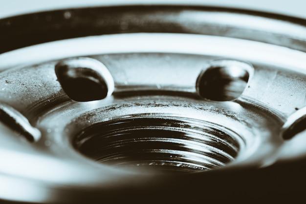 Imagem de fundo monocromática do fim do filtro de óleo acima.