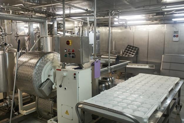 Imagem de fundo ou equipamento de maquinário de aço em fábrica de queijo e laticínios, produção de alimentos, espaço de cópia