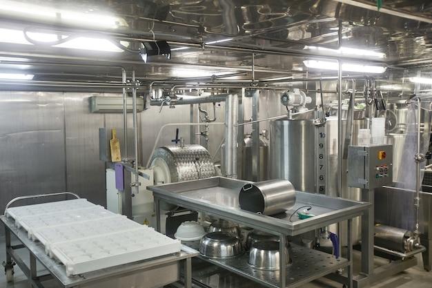 Imagem de fundo ou unidades de máquina de aço em fábrica de queijo e laticínios, produção de alimentos, espaço de cópia
