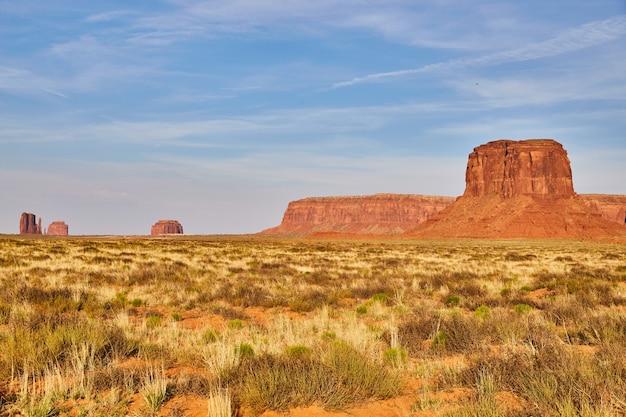 Imagem de grandes pilares de rocha vermelha no vale do monumento no deserto