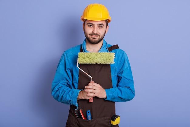 Imagem de homem bonito barbudo vestindo uniforme azul