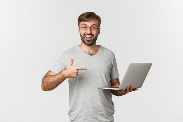 Imagem de homem bonito com barba, usando óculos e camiseta cinza
