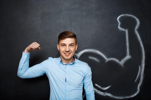 Imagem de homem engraçado com braços falsos musculares