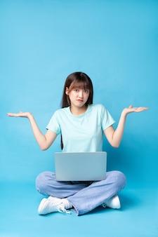 Imagem de jovem asiática em azul