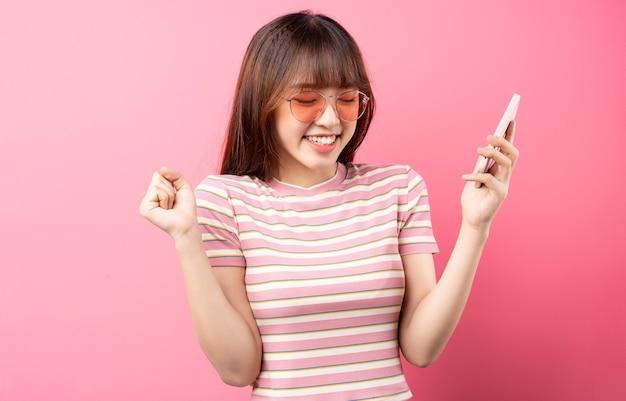 Imagem de jovem asiática vestindo uma camiseta rosa