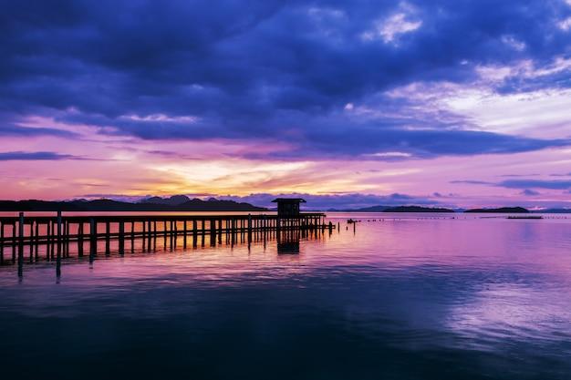 Imagem de longa exposição de seascape céu cor dramática