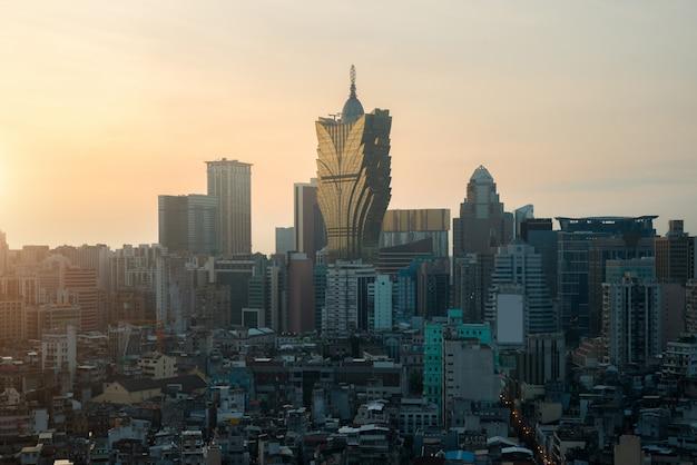 Imagem de macau (macau), china. hotel do arranha-céus e construção do casino na baixa em macau (macau).