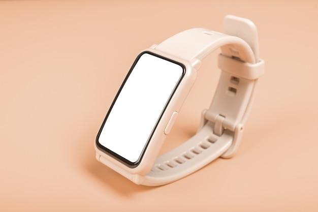 Imagem de maquete relógio de fitness em fundo pastel