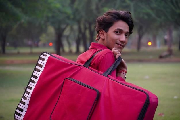 Imagem de menino sorrindo com bolsa de piano