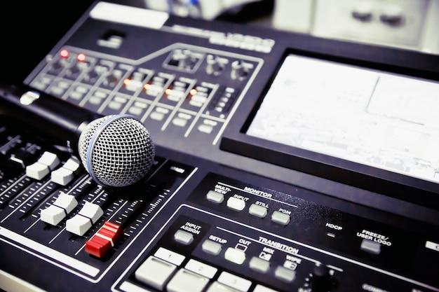 Imagem de microfone na sala de estúdio.