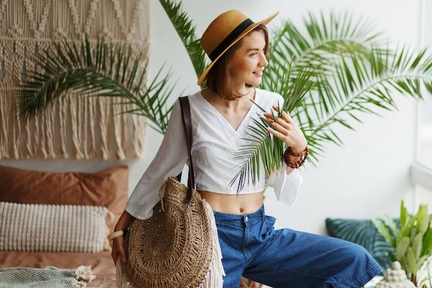 Imagem de moda da mulher morena elegante posando em casa no estilo boho