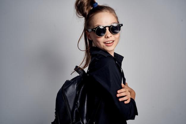 Imagem de moda elegante de uma menina de óculos escuros