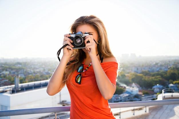 Imagem de moda estilo de vida ao ar livre de fotógrafo loira.