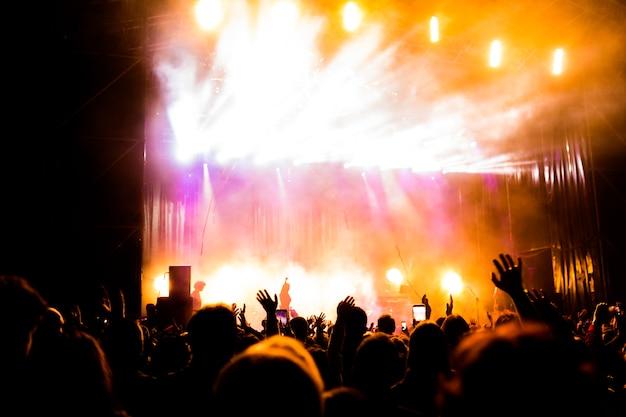 Imagem de muitas pessoas curtindo o desempenho noturno