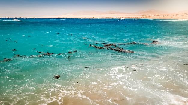 Imagem de muitos detritos, lixo, manchas de plástico e óleo flutuando na superfície do mar. conceito de desastre ecológico e poluição do meio ambiente e da natureza