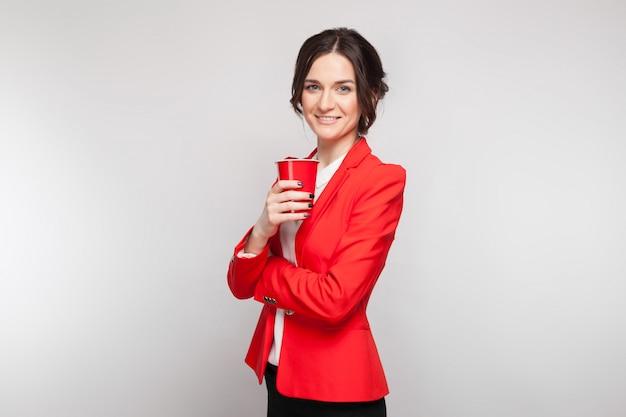 Imagem de mulher atraente vestido vermelho com um copo de cerveja nas mãos