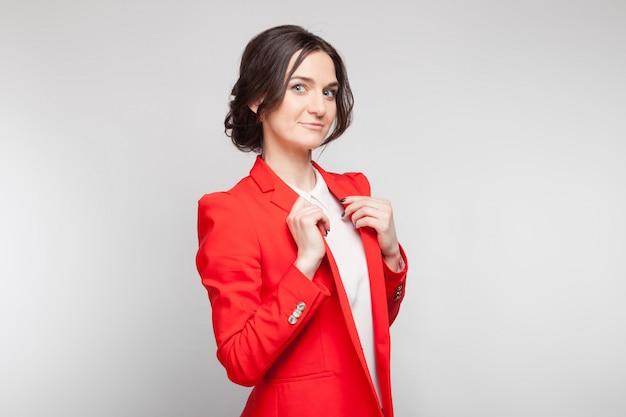 Imagem de mulher bonita em pé de blazer vermelho