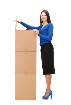 Imagem de mulher de negócios atraente com grandes caixas.